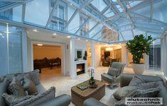 Dieser schöne klassische Wintergarten ergänzt das Haus um einen vollwertigen Raum, der auch dementsprechend genützt wird. Die in den Elementen integrierte LED-Beleuchtung ergänzt die ansprechende Optik. Style At Home, Modern, Mansions, House Styles, Design, Home Decor, Houses, Glass House, Winter Garden