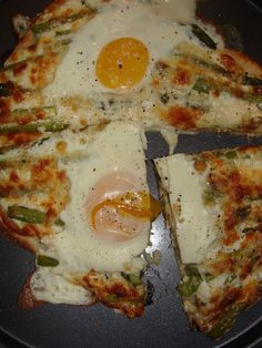 Pizza aux 4 fromages, aux asperges et aux oeufs
