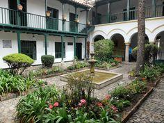 Bogota - Colombie. La ville, même si elle s'est énormément développée, a gardé en son centre, la marque de l'occupation espagnole avec, notamment de très belles maisons fermées sur des patios – des cours intérieures – soigneusement entretenus et très souvent occupés par des musées ou des ministères. Ce sont de véritables havres de paix dans une ville très bruyante et agitée.
