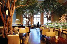El restaurante Four Seasons de Nueva York tiene años de historia. Inaugurado en 1959, alberga no sólo un restaurante sino una colección de obras de arte (entre ellas un Picasso). Su intención era combinar el arte, la arquitectura, la comida y crear una inolvidable experiencia gastronómica
