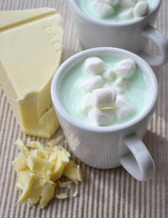 Mint White Hot Chocolate for those cold winter nights.love mint, chocolate and marshmallows but never had it a mint white hot chocolate, very curious how this taste though Think Food, I Love Food, Good Food, Yummy Food, Menta Chocolate, Chocolate Caliente, White Chocolate, Chocolate Blanco, Hot Chocolate Recipes