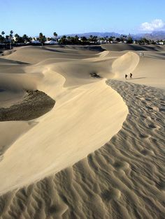 The Dunes of Maspalomas is a special nature reserve located on the southern tip of the island of Gran Canaria (Spain). Most of the flora and some of the species that visit the wetlands (Maspalomas Oasis) of this natural reserve, are protected by national Tenerife, Places To Travel, Places To See, Grand Canaria, Wonderful Places, Beautiful Places, Salinas, Reisen In Europa, Holiday Places
