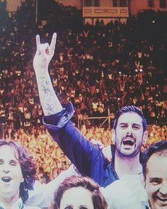 Aunque sea con gestos: ¡Arriba esos cuernos!  #Melendi Foto de: @c.f._melendi