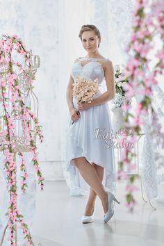 8-as alkalmi jellegű menyasszonyi ruha. Könnyed, elöl rövid-hátul hosszú muszlin szoknyás modell. Felsőrésze, háta csodaszép csipkével díszített. Bridesmaid Dresses, Wedding Dresses, Fashion, Bridesmade Dresses, Bride Dresses, Moda, Bridal Gowns, Fashion Styles