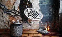Cozy Cocooning : voici venu le temps des motifs graphiques audacieux Voici Venu Le Temps, Hanging Chair, Decoration, Carole, Juliette, Chic, Home Decor, Metal Chain, Boutique Online Shopping