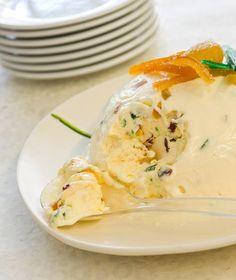 ΠΑΓΩΤΟ ΚΑΣΑΤΟ 90 γρ. ζάχαρη 3 κρόκοι αυγών 500 γρ. κρέμα γάλακτος με 35%-36% λιπαρά, χτυπημένη στο μίξερ μέχρι να γίνει παχύρρευστη (σαν γιαούρτι) 80 γρ. αμύγδαλα, καβουρδισμένα και χοντροκομμένα 100 γρ. ξανθές σταφίδες 100 γρ. φρουί γλασέ ή μπισκότα πτι-μπερ 50 γρ. λικέρ μαστίχας ή άλλο λικέρ της αρεσκείας μας