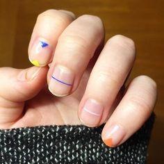 Tendências de nail art q são pensadas pra quem usa unhas naturais msm. É só dar uma boa lixada, colar um adesivo ou dar umas pinceladas coloridas e tá lindo