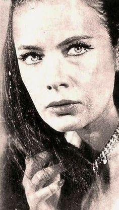 Τζένη Καρέζη Greeks, Portrait Photography, Mona Lisa, Portraits, Stars, Celebrities, Artwork, Model, Movies