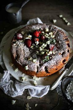 Strawberry, acacia flowers and almond cake - Pratos e Travessas | Food, photography and stories