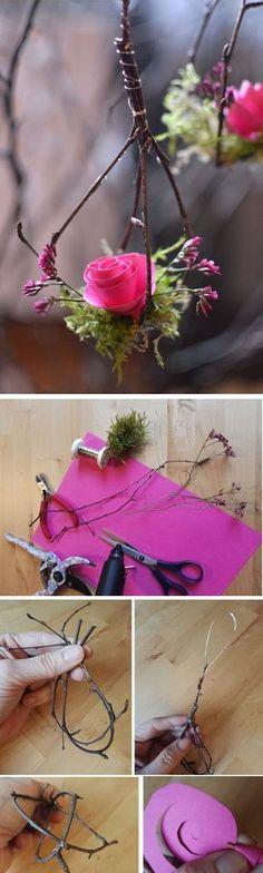 Schlichte, aber dekorative Anhänger für den Frühlingsstrauß. Die Anleitung gibt es in Fotos und einer kurzen Erklärung. Deko Frühling Rose Pastell Dekoration basteln Naturmaterial Frühlingsdeko Papier Natur Ast Frühling Vase Strauß