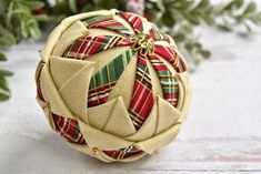 Diy Quilted Christmas Ornaments, Quilted Fabric Ornaments, Christmas Crafts, Christmas Decorations, Tree Decorations, Christmas Fair Ideas, Christmas Balls, Christmas Tree, Fabric Balls