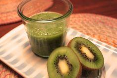 """Veggie-Week: Jetzt wird's grünund wirfühlen uns fit. Viele Stars und Sternchen schwören auf die so genannten """"Green Smoothies"""": vitalstoffreiche Gemüsegetränke. Sie schmecken einfach gut :-)"""