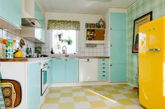 mint and yellow kitchen - cute! I think people are too quick to pull out old retro kitchens - a little TLC, cheery paint and accessories and you have a gorgeous, homely little kitchen! Colorful Kitchen Decor, Kitchen Colors, Pastel Kitchen, Aqua Kitchen, Kitchen Knobs, Küchen Design, House Design, Chair Design, Casa Retro