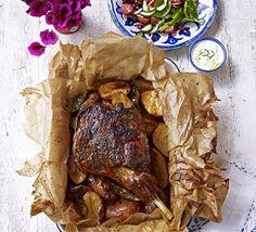 Αρνάκι ή κατσικάκι κλέφτικο στη λαδόκολλα, σερβιρισμένο με σος γιαουρτιού με δυόσμο. Ένα υπέροχο, αγαπημένο φαγητό, με ονειρική γεύση. Μια εύκολησυνταγή
