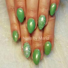 Grønne Gel Polish glimmer negle med stamping , neglene er lavet af Maria.