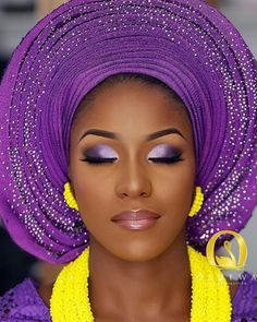 West African woman purple smokey eye makeup glitter gele Smokey Augenmake-up-Glittergel der We Purple Wedding Makeup, Wedding Makeup Tips, Natural Wedding Makeup, Wedding Makeup Looks, Bride Makeup, Girls Makeup, Yellow Wedding, Wedding Colors, Eye Makeup Glitter
