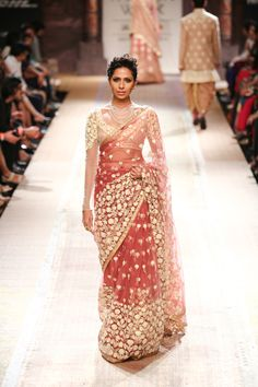 Sari by Anju Modi at Lakme Fashion Week 2014 I personaly think she is very inspired by sabya sir! Lakme Fashion Week, India Fashion, Ethnic Fashion, Asian Fashion, Indian Attire, Indian Wear, Pakistani Outfits, Indian Outfits, Anarkali