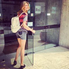 La bellissima Claudia Andreatti entra in studio con al polso il suo bracciale portafortuna Peperoncino Piccante Gioielli Dop.