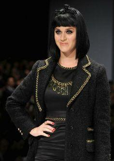 Katy Perry 'desfila' na passarela da Moschino para encontrar seus assentos na primeira fila