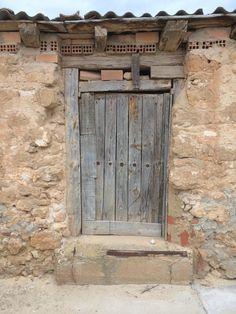 Fuentespina, puerta de bodega. Mayo 2014.