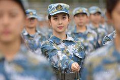 Nữ sinh trường nghệ thuật Trung Quốc tập quân sự 1