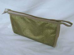 Nécessaire feita em tecido dublado e forrada com nylon.   Mede aproximadamente 25cm de largura, 13cm de altura e 8cm de profundidade. R$ 28,00