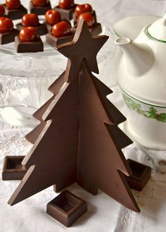 Árvore de Natal de Chocolate! Chocolate Navidad, Chocolate Christmas Gifts, Christmas Tree Chocolates, Christmas Fudge, Christmas Time, Chocolate Shoppe, Cheap Chocolate, Chocolate World, Chocolate Art
