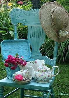 Coral pink + mint / turquoise - great tea time color combination.
