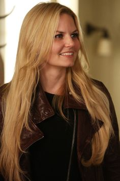 Emma is looking more like Rapunzel with that long hair... I want her hair... But brown... And on my head lol