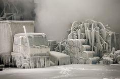 IlPost - Chicago, Illinois - Un camion ricoperto dal ghiaccio, mentre dei vigili del fuoco, lì dietro, spengono un grosso incendio in un deposito abbandonato a Chicago, Illinois (Stati Uniti), il 23 gennaio 2013. Forse il fenomeno naturale più spettacolare e insolito dell'anno. (Scott Olson/Getty Images)