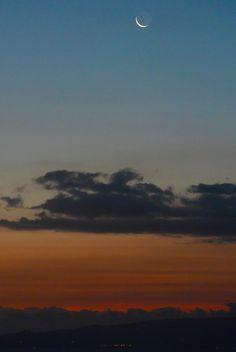 夜明け前の三日月 月に地球にあたる太陽の光が反射して薄っすら月の姿の地球照(ちきゅうしょう)が写りました。 January 19, 2015  #三日月 #Crescent #croissant