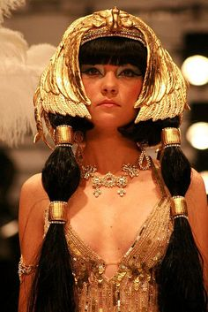 This is a modern day look influenced by Cleopatra, and it has the headdress that was used by Egyptian Gods or Goddesses. It symbolizes royal power. Egyptian Fashion, Egyptian Beauty, Egyptian Women, Egyptian Goddess, Egyptian Costume, Headdress, Egyptian Headpiece, Ancient Egypt, Costume Design