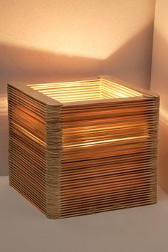 """Kristina zeigt Euch ihre DIY-Tischleuchte aus Holzspateln oder kurz, ihre """"Ahhhh-Lampe"""". Für das DIY brauch Ihr kein Werkzeug, nur Leim. Und 172 Spatel."""
