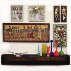 """Quadro """"Palhaços"""", 1950, Itália. Aparador em jacarandá por Giuseppe Scapinelli, 1960, Brasil. Centro de mesa em cristal por Daum Nancy, 1960, França.   """"Clowns"""" painting, 1950, Italy. Dresser by Giuseppe Scapinelli, 1960, Brazil and center table vase by Daum Nancy, 1960, France. #lojateo #giuseppescapinelli #scapinelli #1950s #anos50 #1960s #anos60 #braziliandesign #designbrasileiro #decor #decoracao #interiordesign #painting #pintura"""