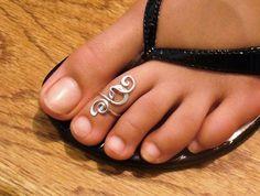 He encontrado este interesante anuncio de Etsy en https://www.etsy.com/es/listing/60928023/sterling-silver-toe-ring-twisted-wire
