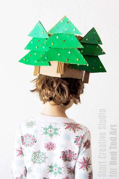 How to make a Christmas Crown with cardboard. We love crafting with recycled materials. and cardboard is amazingly versatile and fun to work with! Turn your humble cardboard into one these fabulous Christmas Tree Hats! Diy Christmas Hats, Fun Christmas Photos, Cardboard Christmas Tree, Christmas Photo Booth, Christmas Crafts For Toddlers, Toddler Christmas, Christmas Activities, Toddler Crafts, Crafts For Kids