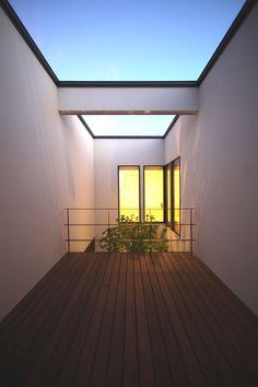 アプローチに窓のないすっきりとしたファサードが特徴です。中庭から光がこぼれ、LDK・階段を中心に自然光が心地よい住宅となりました。