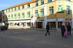 Nyrenoveret butikskompleks tæt på Nykøbing F. centrum!     Butikskomplekset er ideelt beliggende ved gågaden Jernbanegade tæt på centrum af Nykøbing F med gode parkeringsforhold.   Lejemålet er beliggende på 2.sal og er indrettet som et stort lokale med adgang fra centeret med trappe og elevator.  Lejemålet overtages indflytningsklart, d.v.s. nymalet.    Her er linket: http://www.lokaleportalen.dk/regionsjaelland-butiktilegetbrug/4800-nykoebingf/jernbanegade/2553