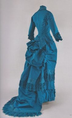 Afternoon dress, around blue silk fringe trim, skirt with train. Musée d'Orsay exhibit, Impressionism and Fashion. by sharene 1880s Fashion, Edwardian Fashion, Vintage Fashion, Antique Clothing, Historical Clothing, Historical Costume, Vintage Gowns, Vintage Outfits, Bustle Dress
