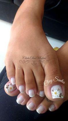 Unha decorada com margaridas – passo a passo Pedicure Designs, Pedicure Nail Art, Toe Nail Designs, Colorful Nail Designs, Toe Nail Color, Toe Nail Art, Nail Colors, Cute Toe Nails, Pretty Nails