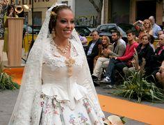 Lorena, con un vestido de Els Guinyols y peinada por Peinaditos.