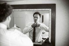 préparatifs du marié, habillage homme, photo noir et blanc, miroir, Eric Dincuff photographe