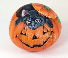 The  Halloween pumpkin, hand painted on a stone by Ernestina Gallina, Pietrevive. https://www.facebook.com/pietrevive.ernestina