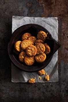 Deze Manchegokoekjes met tijm zijn een recept van Rutger van den Broek. Ze staan in zijn nieuwe kookboek: Het hartige bakboek, dat nú is verschenen.