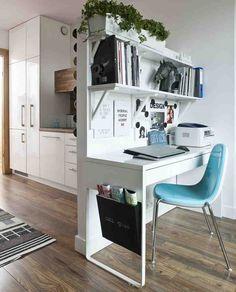 Jeśli chcemy mieć biurko w salonie, trzeba je dopasować do stylu wnętrza. Obejrzyj zdjęcia wnętrz, które pokazują jak można ustawić biurko w pokoju. Aranżując miejsce do pracy w salonie możemy wykorzystać meble i akcesoria, które odzwierciedlają naszą osobowość.