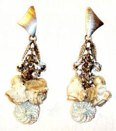 Aros Faustina en crudo. Base y dije hipoalergénicos, cristales y perlas tchecos. Flores en seda cristal, organza y encaje..
