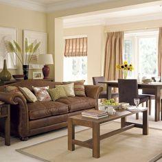 braunes-sofa-und-schicke-gardinen-beige-wandfarbe-fürs-wohnzimmer