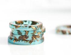 Mint Resin Stacking Ring Dark Gold Flakes Teal Thin por daimblond, €22.00