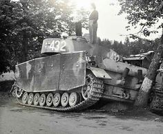 Civilians inspecting a abandoned Panzer 4 Ausf J with screen mesh defensive panels Jagdpanzer Iv, War Thunder, Military Pictures, World Of Tanks, Ww2 Tanks, Military Weapons, Korean War, Military Equipment, German Army