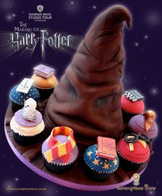 Enchanting Harry Potter Sorting Hat Cake and Cupcakes. birthday cake for me? Pastel Harry Potter, Harry Potter Fiesta, Harry Potter Cupcakes, Cumpleaños Harry Potter, Harry Potter Sorting Hat, Harry Potter Birthday, Big Cakes, Little Cakes, Cute Cakes